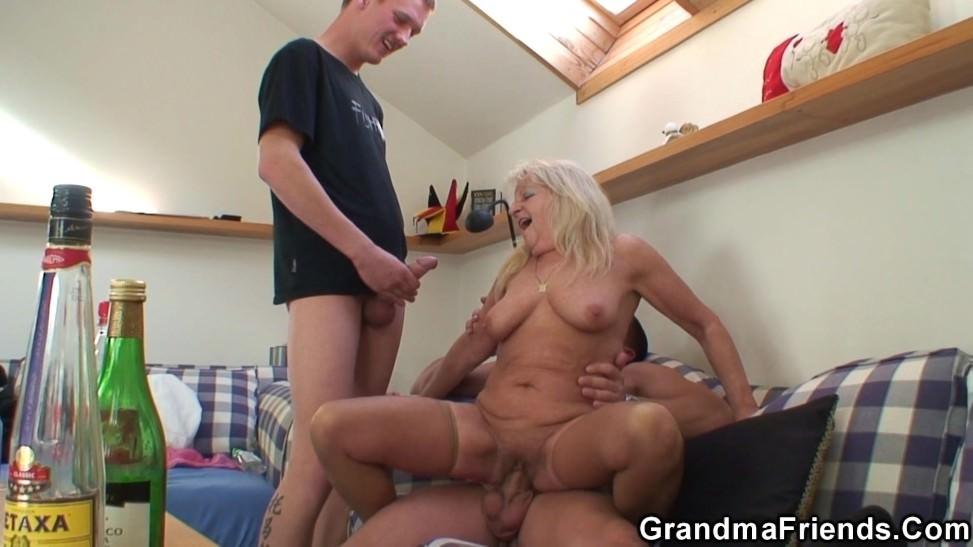 Los amigos de su nieta hacen porno casero con esta mujer gorda
