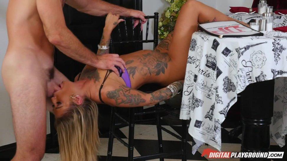 Rubia tatuada es toda una experta chupando penes en televisión