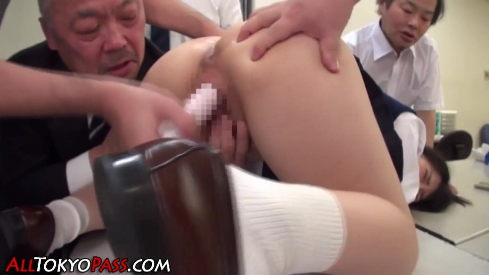 Colegiala embarrada de leche gratis