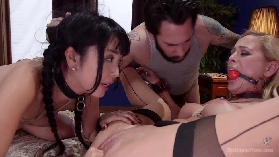 Trio caliente con rubia y asiatica