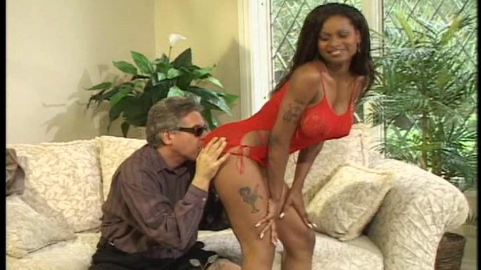 Mujer tetona es follada muy duro por un hombre con dinero