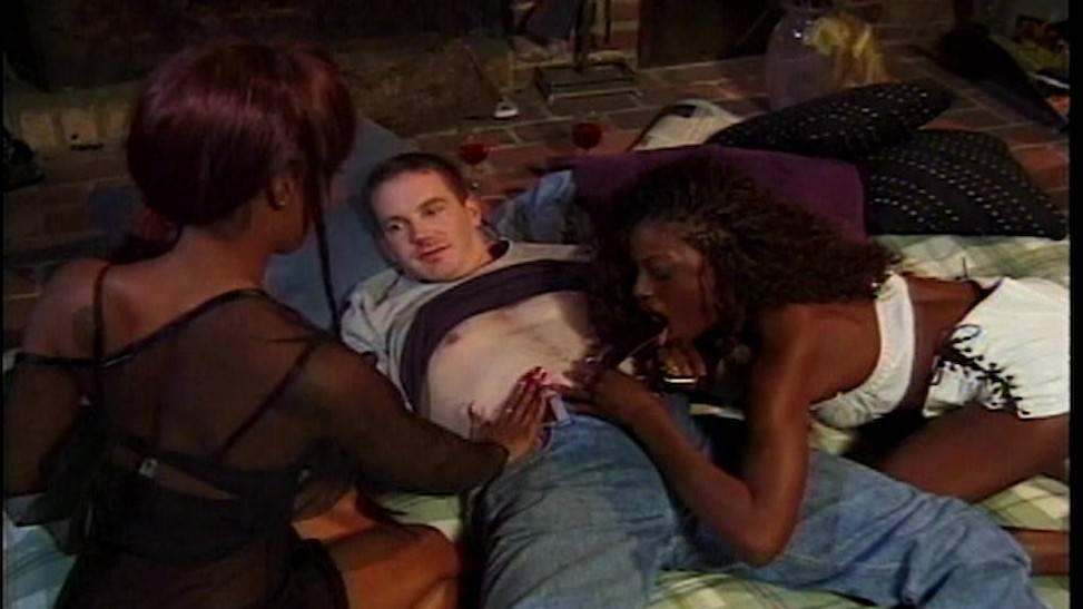 Un par de lesbianas reciben una buena dosis de sexo extremo vaginal