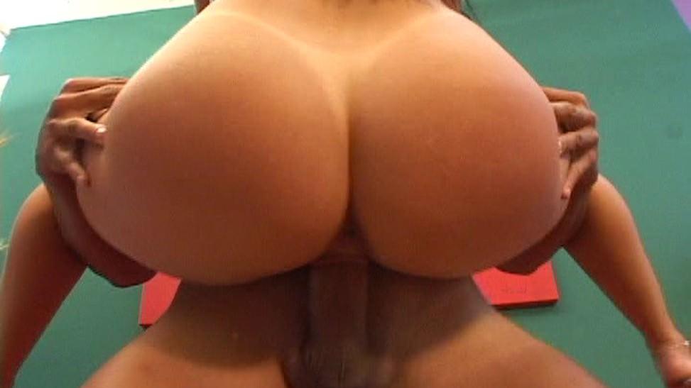 A las MILF brasileñas les encanta el sexo anal y casero