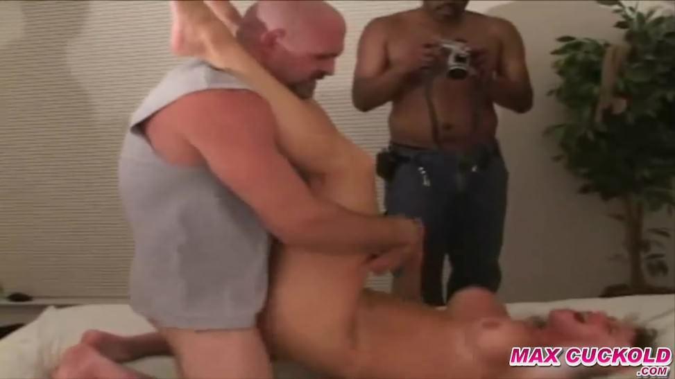 Cornudo deja que un negro se coja por el culo a su novia delante de él en un hotel