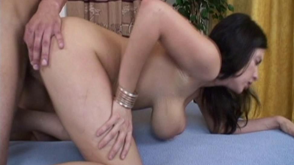 Ella juega primero con su vagina antes de follar