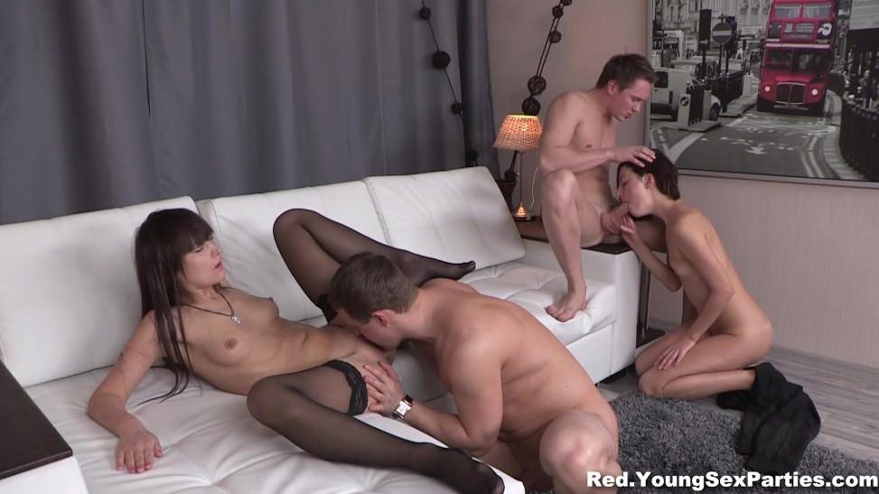Grupo de parejas amateur haciendo una orgia en casa