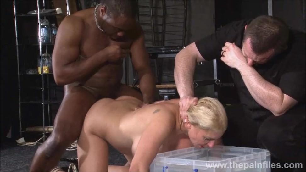 Le gusta ser dominada por un negro