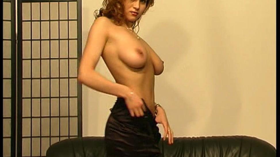 Una madura cachonda que se desnuda para la cámara
