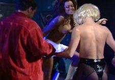 dos amigas llegan a una despedida de solteros para hacer striptease