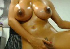 esta adolescente muestra su vagina en vivo