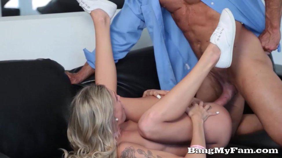 Cachonda jovencita se folla su padrastro mientras la esposa no está