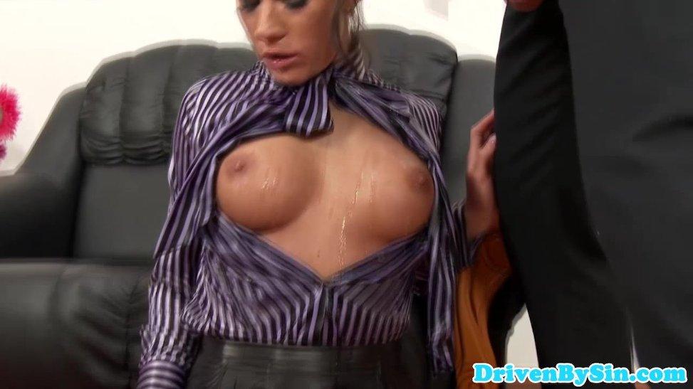 Este hombre pone a mamar a su novia porno a lo profundo