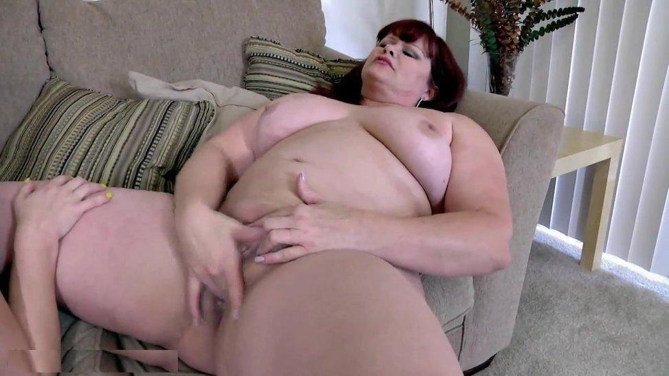 Par de gordas estan masturbandose en el sofa