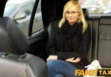 esta jovencina recibe verga en un taxi gratis