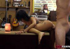 graba videos en su oficina con su masajista