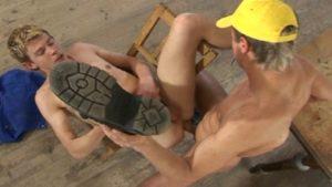 video relacionado Construye una casa para gays y se gana una follada
