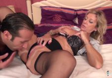 mujer grande le gusta los videosxx con un joven amante