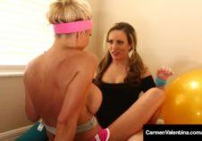 mujeres lesbianas se ejercitan jugando con sus conos