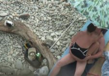 sexo improvisado en la playa de rocas