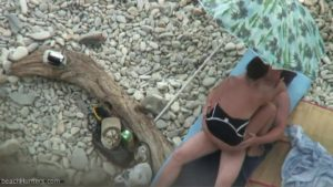 video relacionado Sexo improvisado en la playa de rocas
