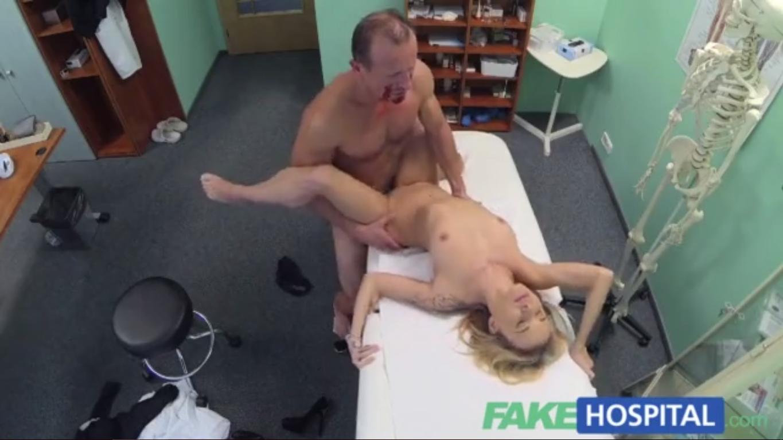 Doctor se folla a su paciente rubia y tetona
